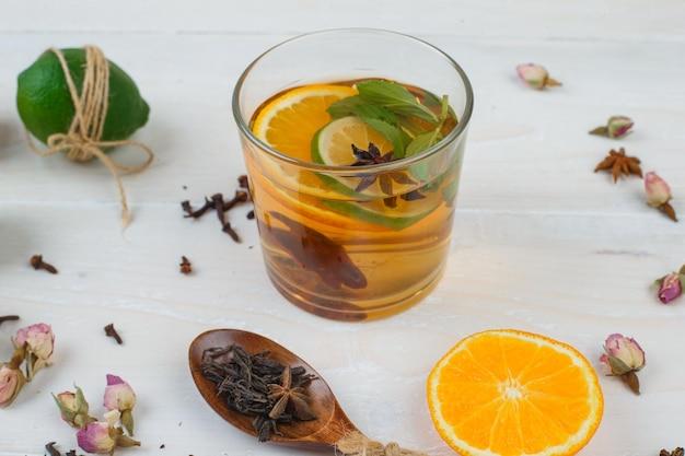 Bebida fermentada com limão, laranja e botões de rosa