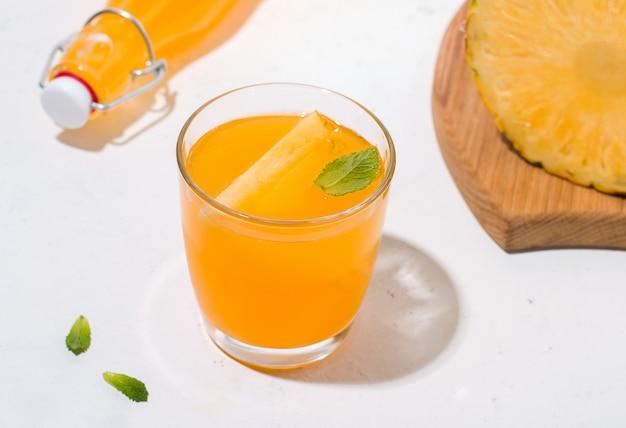 Bebida fermentada de abacaxi kombuchá. ao lado dos ingredientes