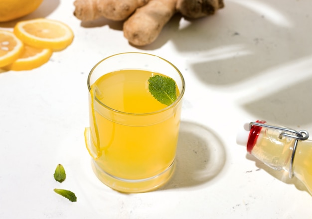 Bebida fermentada de kombuchá ao lado dos ingredientes
