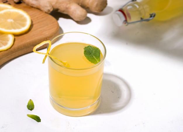 Bebida fermentada de kombuchá com gengibre e limão