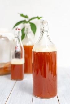 Bebida fermentada, uma garrafa de chá de kombucha bebida probiótica natural saudável