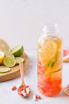 Bebida fortificada com frutas cítricas em garrafa