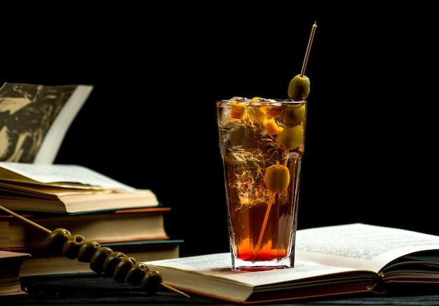 Bebida fresca com azeitonas na vara