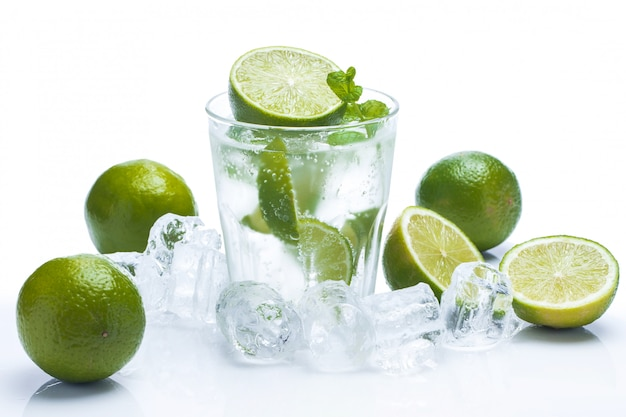 Bebida fresca com limão e hortelã