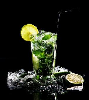 Bebida fresca com limão verde