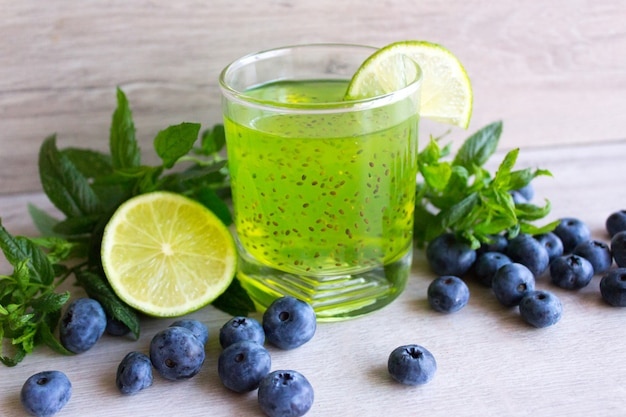 Bebida fresca com sementes de chia, limão e frutas silvestres