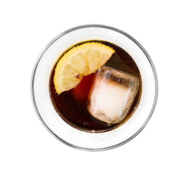 Bebida fresca de cabonada com gelo e limão