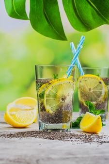 Bebida fresca de chia com hortelã limão