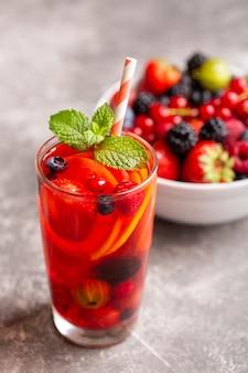 Bebida fresca de frutas vermelhas com limão e hortelã.
