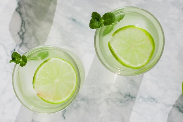 Bebida fresca de limão em copos