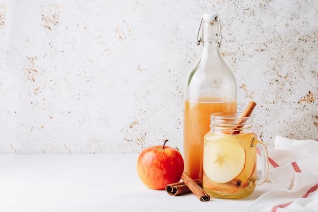 Bebida fresca e saudável com vinagre de maçã, mel, maçã e canela
