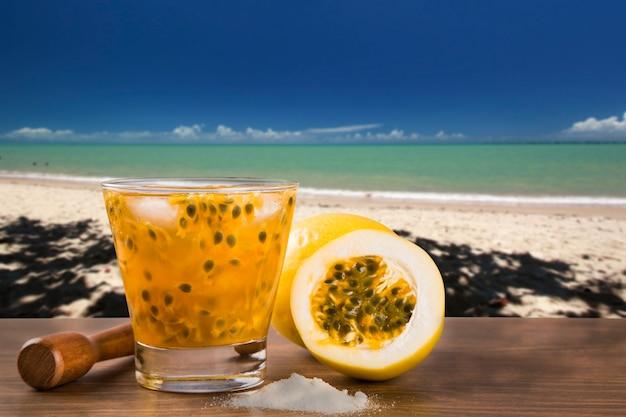 Bebida fresca feita com caipirinha de maracujá na praia