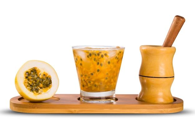 Bebida fresca feita com caipirinha de maracujá