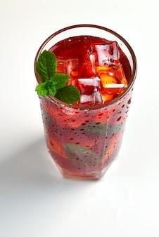 Bebida fresca vermelha com gelo, toranja e hortelã, isolado no branco. espaço para texto ou desenho.