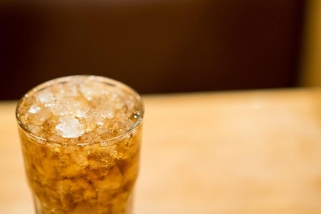 Bebida fria com gelo na mesa no restaurante.