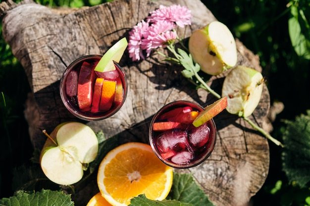 Bebida fria de sangria em um dia quente no jardim. coquetel alcoólico espanhol de vinho e frutas. Foto Premium
