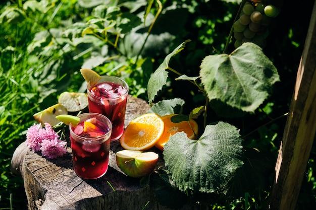Bebida fria de sangria em um dia quente no jardim. coquetel alcoólico espanhol de vinho e frutas.