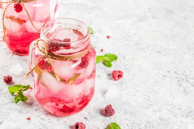 Bebida fria de verão, sangria de framboesa, limonada ou mojito com framboesa e calda frescas