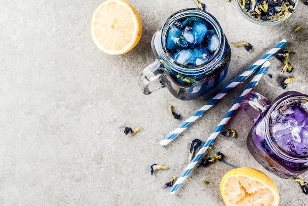 Bebida fria de verão saudável, chá de flor de ervilha de borboleta azul e violeta orgânica gelada