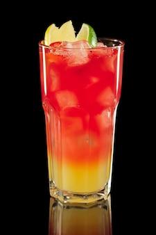Bebida fria fresca em copo alto