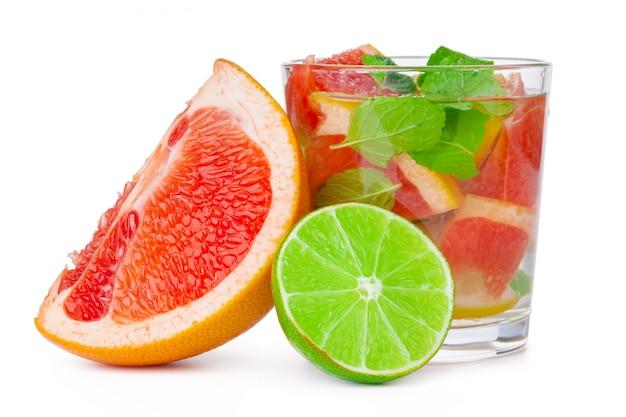 Bebida gelada com diferentes citrinos e ervas em copos. coquetel