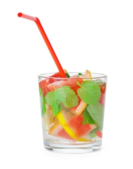 Bebida gelada com diferentes frutas cítricas e ervas em copos. coquetel