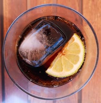 Bebida gelada com gelo e limão