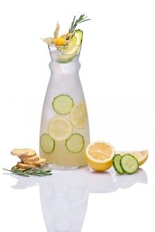 Bebida gelada com gengibre, pepino, limão, alecrim e physalis