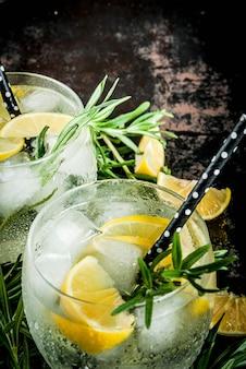 Bebida gelada com limão e alecrim