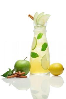Bebida gelada de maçã, limão, canela e menta
