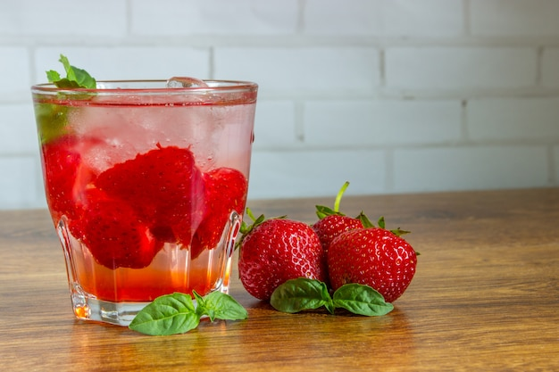 Bebida gelada de morango em uma mesa de madeira