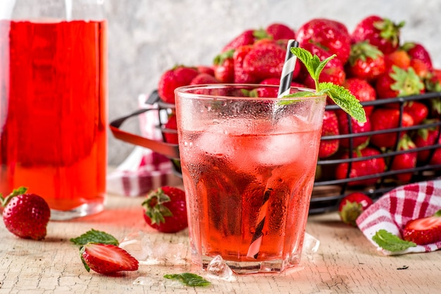 Bebida gelada de morango, suco, mojito ou licor, com morangos frescos