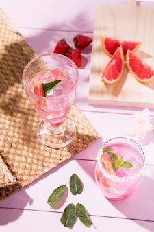 Bebida gelada de toranja e morango