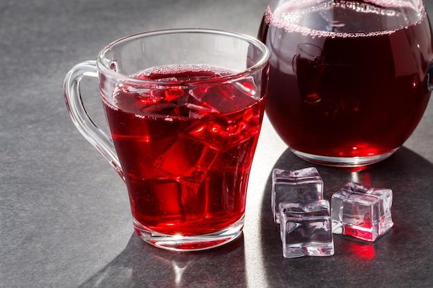 Bebida gelada de verão - chá de cranberry ou suco com gelo