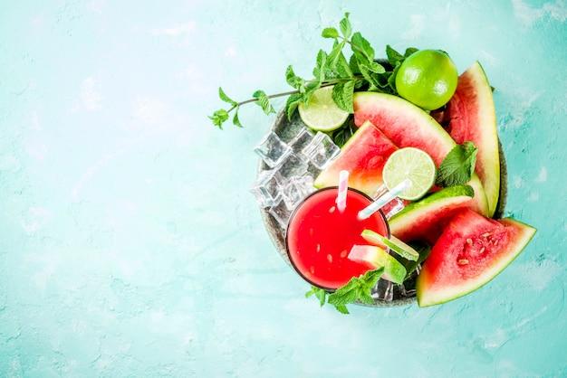 Bebida gelada de verão frutado, suco de melancia caseiro ou smoothie