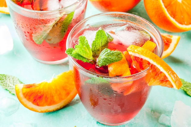 Bebida gelada de verão, mimosa de cocktail de menta laranja de sangue, mojito ou sangria, azul claro, copyspace