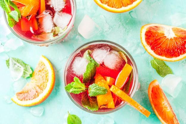 Bebida gelada de verão, mimosa de cocktail de menta laranja sangue, mojito ou sangria, azul claro, copyspace vista superior