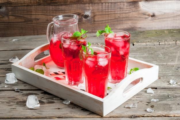 Bebida gelada de verão vermelho - chá ou suco