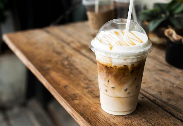 Bebida gelada em uma maquete de copo de plástico