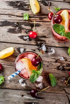 Bebida gelada, limonada de cereja ou coquetel de mojito em copo alto