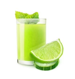 Bebida isolada. coquetel de limão com pepino e pedaços de frutas isoladas na superfície branca com traçado de recorte