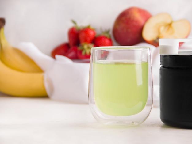 Bebida isotônica esportiva em um copo sobre um fundo claro. copie o espaço