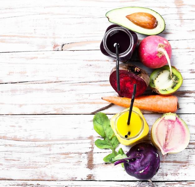 Bebida limpa saudável e comida vegetariana