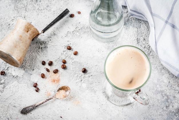 Bebida moderna na moda. café expresso com água mineral