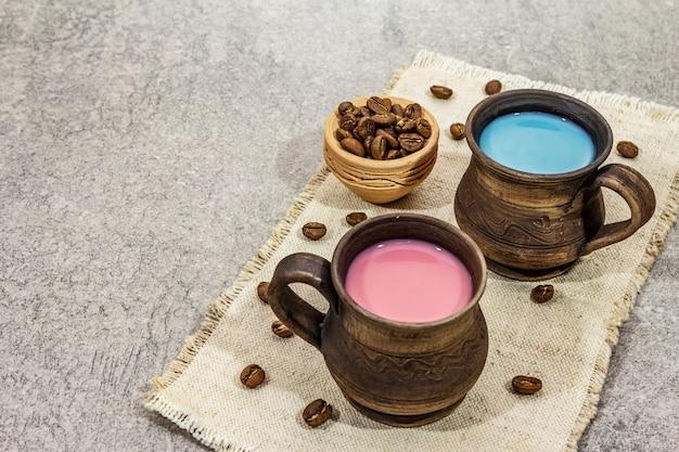 Bebida na moda azul e rosa com leite