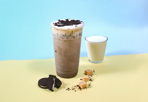 Bebida oreo com leite com chocolate fresco e autêntico
