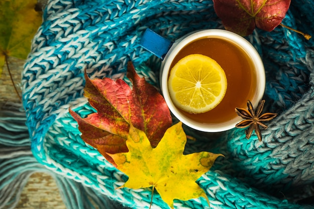 Bebida outonal com folhas amarelas