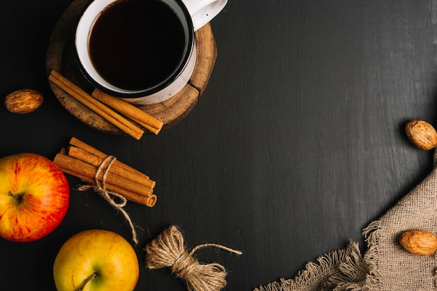 Bebida perto de especiarias e frutas