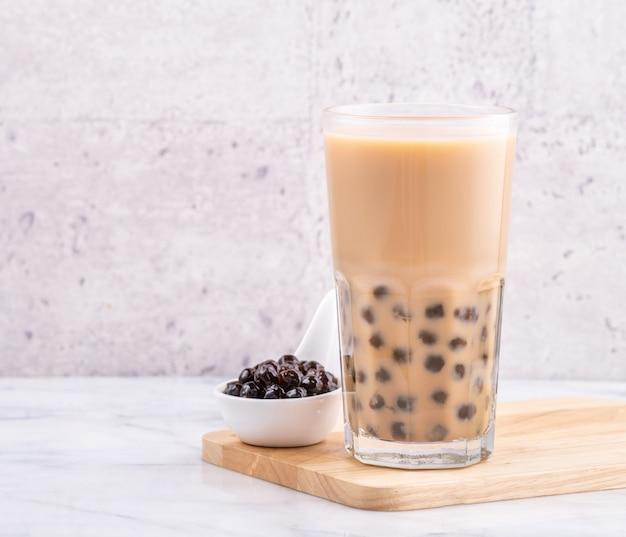 Bebida popular de taiwan, chá de leite bubble com bola de pérola de tapioca no copo