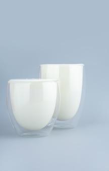 Bebida probiótica, leitelho ou iogurte. kefir em vidro. produtos fermentados.